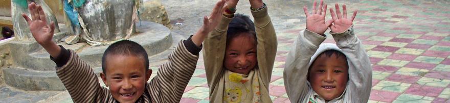 3 kids waving
